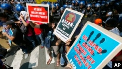 Demonstrators protest against what they say is U.S., Japan, and China's interference with the Association of Southeast Asian Nations (ASEAN) in front of the U.S. Embassy in Manila, Philippines, April 28, 2017. The 10-member ASEAN is to hold their annual summit Saturday.