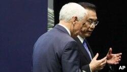 El vicepresidente EE.UU., Mike Pence, conversa con el primer ministro chino, Li Keqiang, en Singapur el 15 de noviembre de 2018.