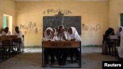 Escolares nigerianas recitan versos del Corán en Maidurui, Nigeria.