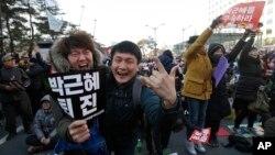 9일 박근혜 대통령 탄핵소추안 가결 소식이 알려진 직후 국회 앞에 모여있던 시민들이 환호하고 있다.