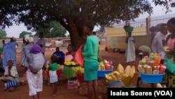 Mercado à saída do Hospital Regional de Malanje, Angola