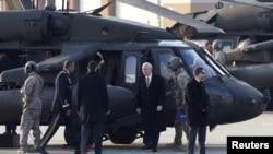 លោកអនុប្រធានាធិបតីអាមេរិក Mike Pence អញ្ជើញទៅដល់មូលដ្ឋានទ័ពអាកាស Osan នៅក្នុងក្រុង Pyeongtaek ប្រទេសកូរ៉េខាងត្បូង កាលពីថ្ងៃទី៨ ខែកុម្ភៈ ឆ្នាំ២០១៨។