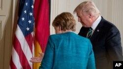 Mientras estaban frente a los fotógrafos en la Oficina Oval, no se estrecharon la mano.