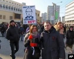 3月10日莫斯科举行的反普京集会,示威者手举标语:普京还想再干12年?谢谢,不要。