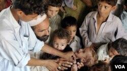 Un niño llora mientras es vacunado contra el sarampión en una escuela paquistaní. La escuela es la vivienda de miles de personas desplazadas por las inundaciones.