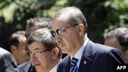 Başbakan Recep Tayyip Erdoğan Dışişleri Bakanı Ahmet Davutoğlu'yla birlikte Yunanistan'a düzenledikleri resmi ziyarette (Mayıs 2010)