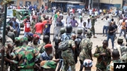 Des policies affrontent des jeunes dans un marché du quartier d'Abobo, Abidjan,15 octobre 2012