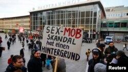 抗议者举起标语牌,表示对性侵暴徒的不满(2016年1月9日)。
