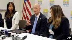보건당국 관계자들과 함께 지카 바이러스 관련 홍보활동을 하고 있는 릭 스콧(가운데) 플로리다 주지사. (자료사진)