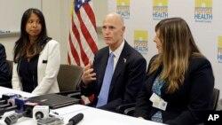 지난 26일 보건당국자들과 함께 지역사회 지도자 간담회를 열어 지카 바이러스에 대한 경각심을 당부하고 있는 릭 스콧(가운데) 미국 플로리다 주지사. (자료사진)