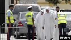 پلیس بحرین در حال بازرسی بدنی یک مرد در روستایی در غرب منامه.