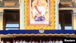 Quốc vương Campuchia Norodom Sihamoni (giữa) tại Cung điện Hoàng gia trong lễ kỷ niệm 10 năm đăng quang tại Phnom Penh, ngày 29/10/2014.