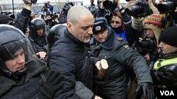 Polisi Rusia menangkap aktivis oposisi Sergei Udaltsov di Moskow (foto: dok). Penyidik Rusia menuduh Georgia mendukung oposisi Rusia untuk merencanakan huru-hara massal.