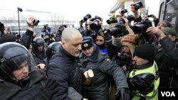 Polisi Rusia menangkap aktivis oposisi Sergei Udaltsov di luar stasiun NTV di Moskow, Minggu (18/3).