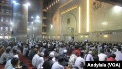 Pelaksanaan sholat Gerhana Matahari di Masjid Istiqlal Jakarta, Rabu 9 Maret 2016.(Foto:VOA/Andylala).