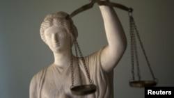 Statue représentant la déesse de la Justice, Thémis et l'un de ses symboles : la balance.