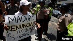 Miles de manifestantes regresaron a las calles para incluso, pedir la renuncia del presidente Nicolás Maduro, mientras el gobierno venezolano recordaba el primer aniversario de la muerte de Hugo Chávez.