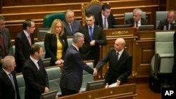 Novoizabrani premijer Kosova Isa Mustafa rukuje se sa prethodnikom Hašimom Tačijem na sednici Skupštine u Prištini