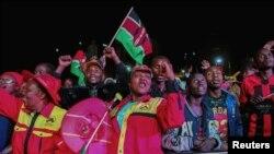 肯尼亚现在总统肯雅塔当选连任,肯雅塔的支持者上街庆祝 (2017年8月11日)