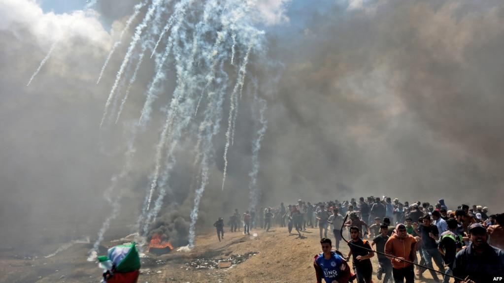 巴勒斯坦人在加沙地帶邊界附近逃避以色列部隊發射的催淚瓦斯,巴勒斯坦人抗議美國大使館遷往耶路撒冷。