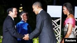 Tổng thống Mỹ Barack Obama và Ðệ nhất phu nhân Michelle Obama chào đón Chủ tịch nước Việt Nam Trương Tấn Sang (trái) và phu nhân tại Hội nghị thượng đỉnh APEC ở Honolulu, Hawaii, ngày 12 Tháng 11 năm 2011.
