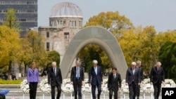 នាយករដ្ឋមន្រ្តីការបរទេស G7 ពីឆ្វេងមកស្តាំ អ្នកតំណាងមកពីសហភាពអឺរ៉ុប កាណាដា អង់គ្លេស អាមេរិក ជប៉ុន អាល្លឺម៉ង់ អ៊ីតាលី និងបារាំង ដើរជាមួយគ្នានៅឯសួនសន្តិភាពក្នុងទីក្រុង Hiroshima ភាគខាងលិចប្រទេសជប៉ុន កាលពីថ្ងៃច័ន្ទ ទី១១ ២០១៦(Jonathan Ernst/Pool Photo via AP)