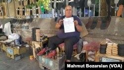 Hacı Çapan, 53 yaşında ve yıllardır Diyarbakır'ın Sur İlçesindeki Dörtyol bölgesinde ayakkabı boyacılığı yapıyor.