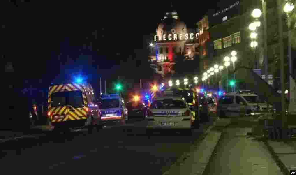 Des ambulances et des voitures de police déployées sur le lieu de l'attaque de Nice, le 14 juillet 2016