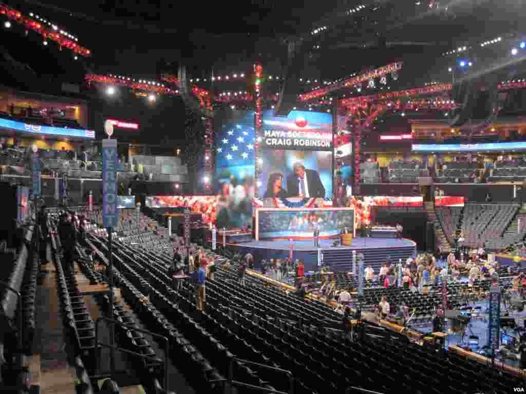 Le Time Warner Arena a Charlotte, site de la Convention 2012 des democrates.(N. Pinault/VOA)