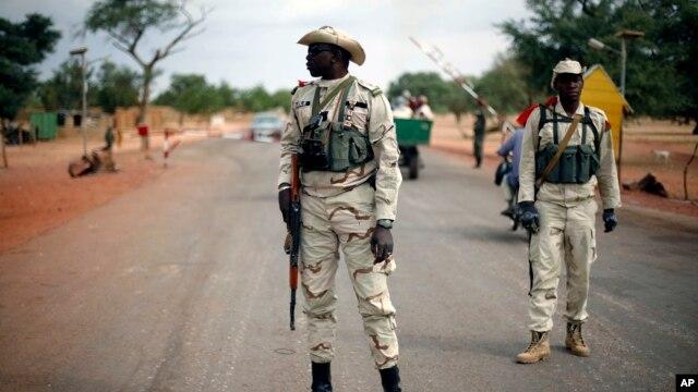 Binh sĩ Mali canh gác tại một chốt kiểm soát trên đường Gao bên ngoài Sevare, khoảng 620 km (385 dặm) về phía bắc thủ đô Bamako, ngày 27/1/2013.