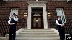케이트 미들턴 영국 왕세손비가 22일 출산을 위해 입원한 세인트 메리 병원 입구를 경찰이 지키고 있다.