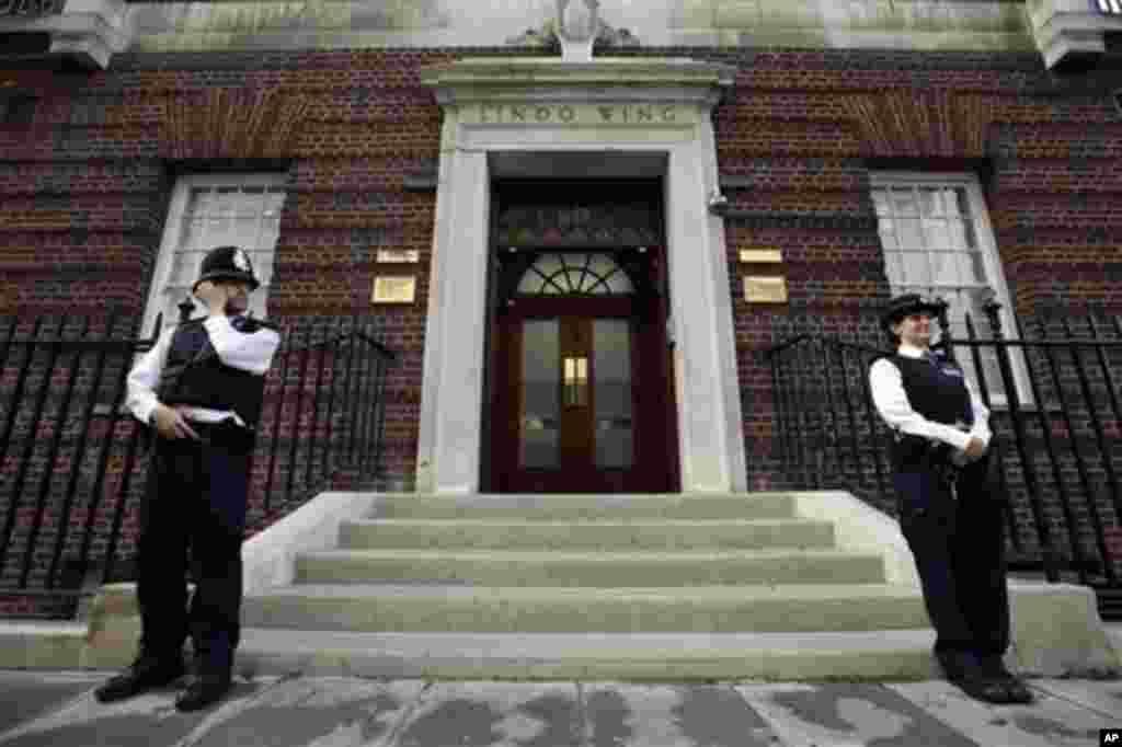 La policía británica custodia la entrada del Ala Lindo del hospital St. Mary donde nacerá el tercero en la línea de sucesión del trono británico.
