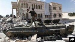 시리아 알레포에서 자유시리아군과의 교전으로 인해 파괴된채 방치되어있는 정부군 탱크