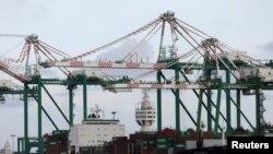 资料照片:台湾高雄港口的集装箱货轮。(2017年8月7日)