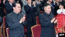 Severnokorejski lider Kim Džong Un (desno) i njegov teča na proslavi 101. rođendana pokojnog lidera Kim Il-Sunga, ranije ove godine