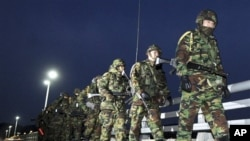 南韓部隊在延坪島上巡邏