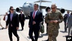 애슈턴 카터 미국 국방장관이 23일 이라크 바그다드에 도착해, 스튜어트 존스 미 대사(왼쪽) 와 국제동맹군 사령관인 제임스 테리 미군 중장(오른쪽)의 영접을 받고 있다.