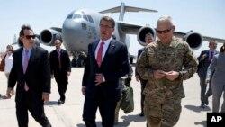 Menhan AS Ash Carter (tengah) disambut oleh Dubes AS untuk Irak Stu Jones (kiri) dan Letjen James Terry dari Angkatan Darat AS (kanan) setibanya di bandara internasional Baghdad, Irak (23/7).
