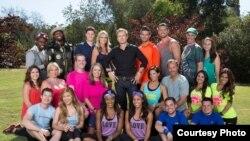 Đôi đua Cindy và Rick Chac (hàng đầu, đầu tiên từ trái qua), chụp cùng 10 đội tham dự cuộc đua The Amazing Race mùa giải thứ 27. Đ(Ảnh do nhân vật cung cấp)