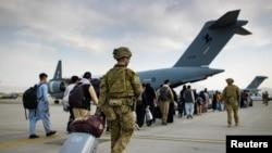 Посадка в австралійський військовий літак в аеропорту Кабула 22 серпня 2021 р.