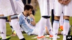 Ngôi sao Lionel Messi của Argentina ngồi trên sân cỏ sau trận đấu với Chile tại tiểu bang New Jersey, ngày 26/6/2016.