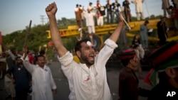 板球明星伊姆兰•汗的支持者要求谢里夫总理辞职