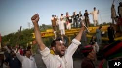 Những người ủng hộ chính trị gia Imran Khan hộ khẩu hiệu chống Thủ tướng Nawaz Sharif 19/8/14