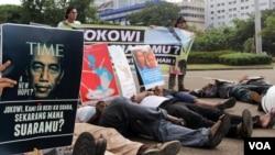 Aksi unjuk rasa di depan Istana Negara, Jakarta mendesak pemerintah mengusut tuntas pelaku penembakan di Paniai, Papua pada 17 Desember 2014. (foto dok. VOA/Fathiyah).