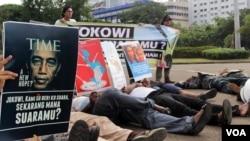 Aksi unjuk rasa di depan Istana Negara, Jakarta hari Rabu (17/12) untuk mendesak pemerintah mengusut tuntas pelaku penembakan di Paniai, Papua (foto: VOA/Fathiyah).