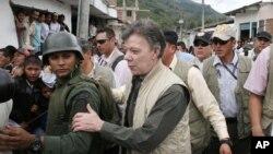 Santos visita la zona de Toribío, donde los indígenas exigen el retiro de la fuerza pública.
