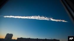 Hình ảnh được trang Chelyabinsk.ru cung cấp cho thấy hình ảnh vẫn thạch trên bầu trời Chelyabinsk, 15/2/2013. (AP Photo/Chelyabinsk.ru)