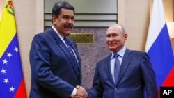 Tổng thống Nga Vladimir Putin bắt tay Tổng thống Venezuela Nicolas Maduro tại cuộc họp ở tư dinh Novo-Ogaryovo của Tổng thống bên ngoài Moscow, ngày 5/12/2018.
