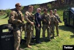 El senador John McCain posa junto a Boinas Verdes de EE.UU. que participan en un entrenamiento conjunto combinado con una unidad antiterrorista de Serbia en Belgrado. Serbia, April 10, 2017. (@SenJohnMcCain)