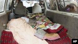 3月11号,一名阿富汗男孩向车里张望据称是被美国军人杀害的一名阿富汗平民的遗体。